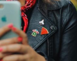 Mais de 60 maneiras de usar broches para montar um visual fashion