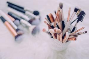 Como limpar seu pincel de maquiagem de maneira rápida e eficaz