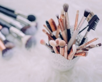 Como limpar pincel de maquiagem: saiba o passo a passo