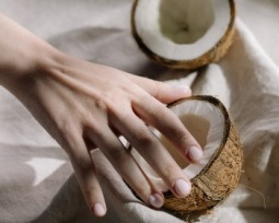 Como usar óleo de coco no cabelo? Confira dicas simples e fáceis