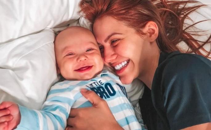 Mãe com bebê sorridente