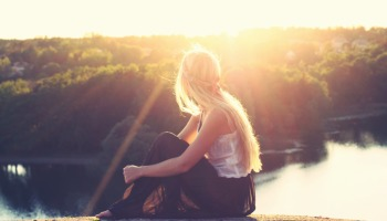 Frases para fotos sozinha pensativa: confira opções para você se inspirar
