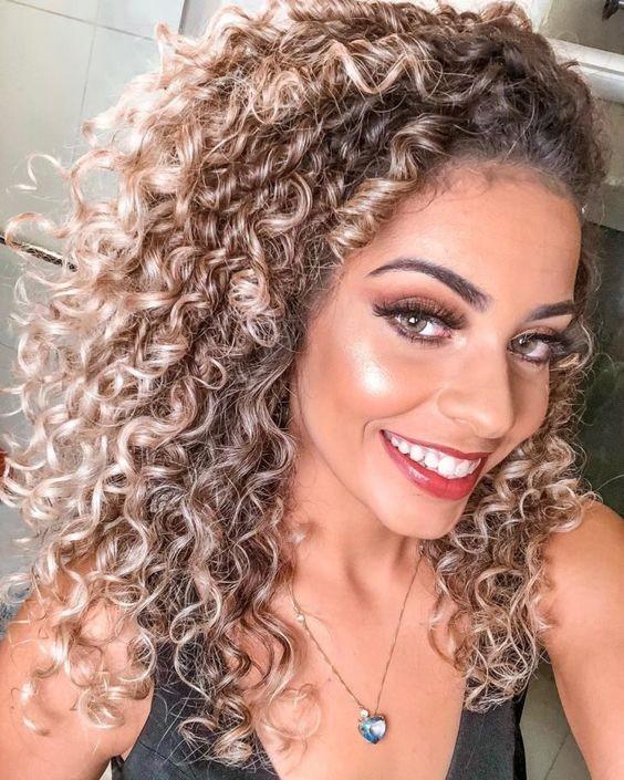 Confira como cuidar de cabelo cacheados com luzes e looks para se inspirar!