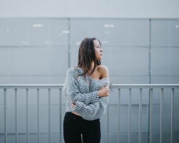 Ombros largos: 5 truques infalíveis para disfarçar na hora de se vestir
