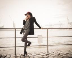 Conheça 50 lindas poses para fotos sozinha