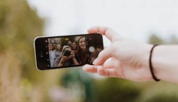 Poses para a selfie perfeita: 20 dicas para tirar fotos incríveis usando seu celular