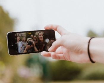 Poses para selfie: 20 dicas para tirar fotos incríveis usando seu celular