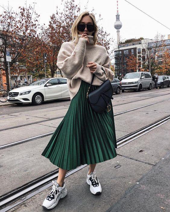 Looks com saia midi para o inverno: saia plissada