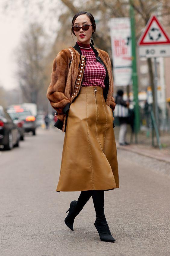Looks com saia midi para o inverno: saia de couro