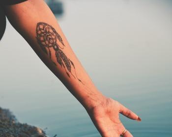 Tatuagem no antebraço feminina: confira desenhos e estilos que irão te encantar