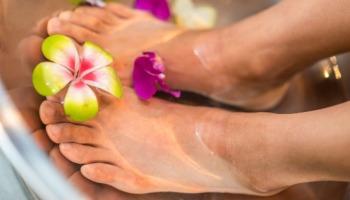 Aprenda truques caseiros e baratinhos para cuidar dos pés ressecados