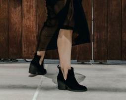 Vestido com bota: veja diferentes maneiras de apostar nessa combinação