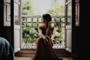 Vestido dourado: inspire-se com peças cheias de sofisticação